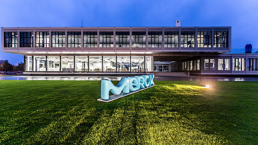 https://www.apotheke-adhoc.de/fileadmin/_processed_/3/8/csm_merck_hq_darmstadt_neues_logo_merck_4ba40960e5.jpg?w=900&h=506