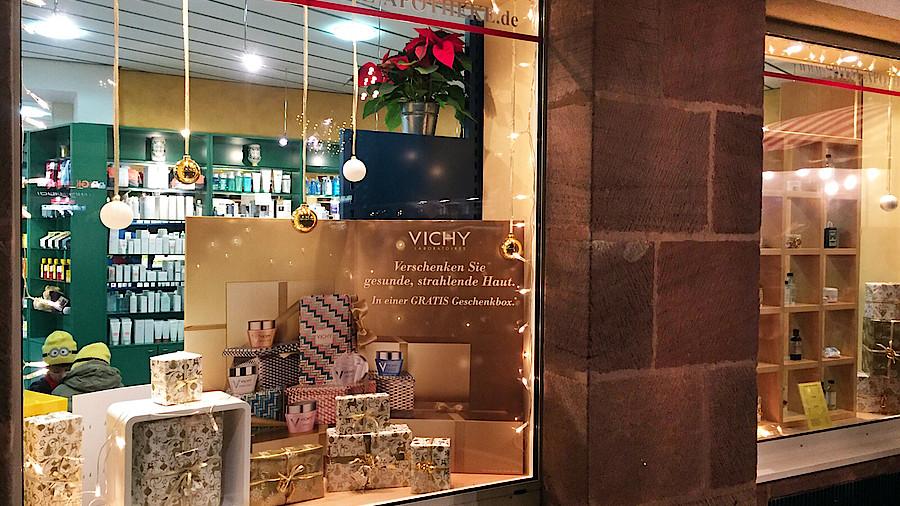 So dekorieren die kollegen apotheke adhoc - Schaufensterdekoration weihnachten ...