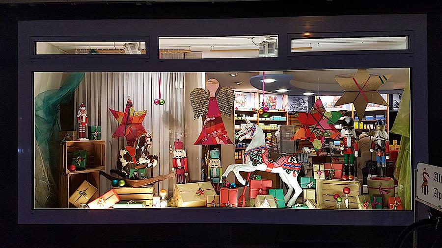Die besten weihnachtsschaufenster apotheke adhoc for Weihnachtsdeko schaufenster